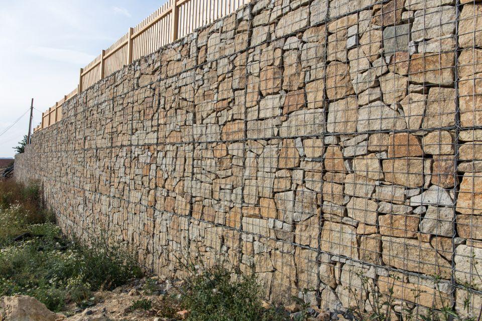 Masivní gabionový plot