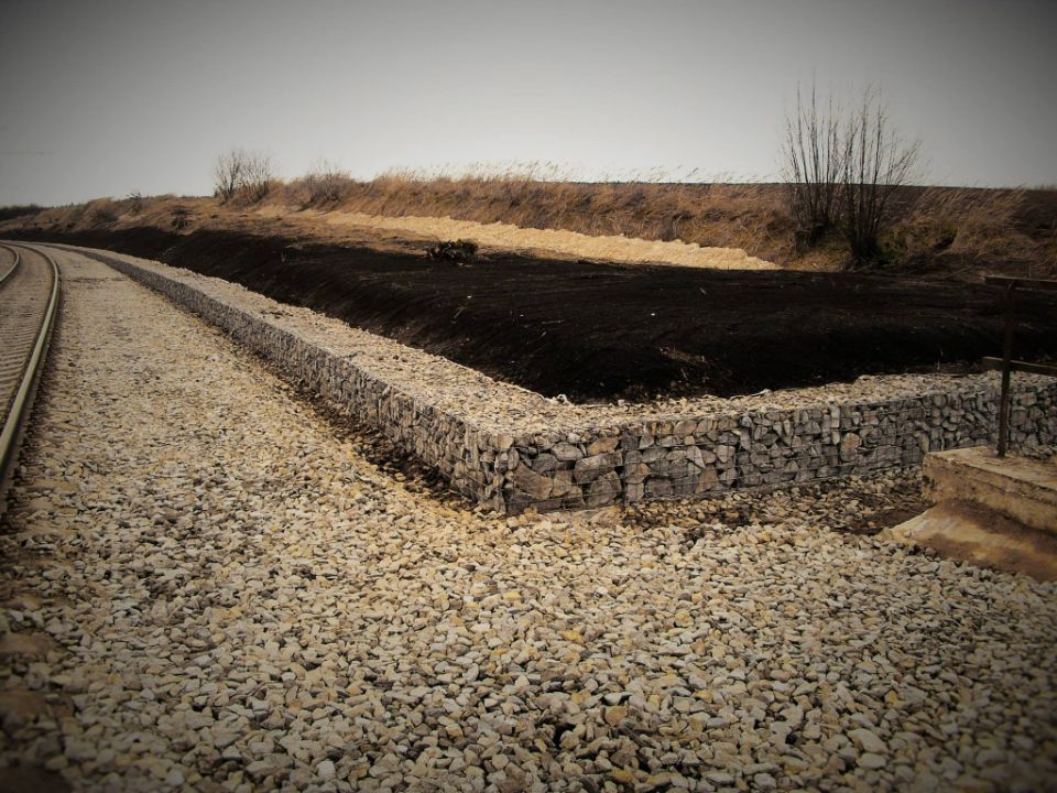 Gabionová opěrná zeď podél kolejí