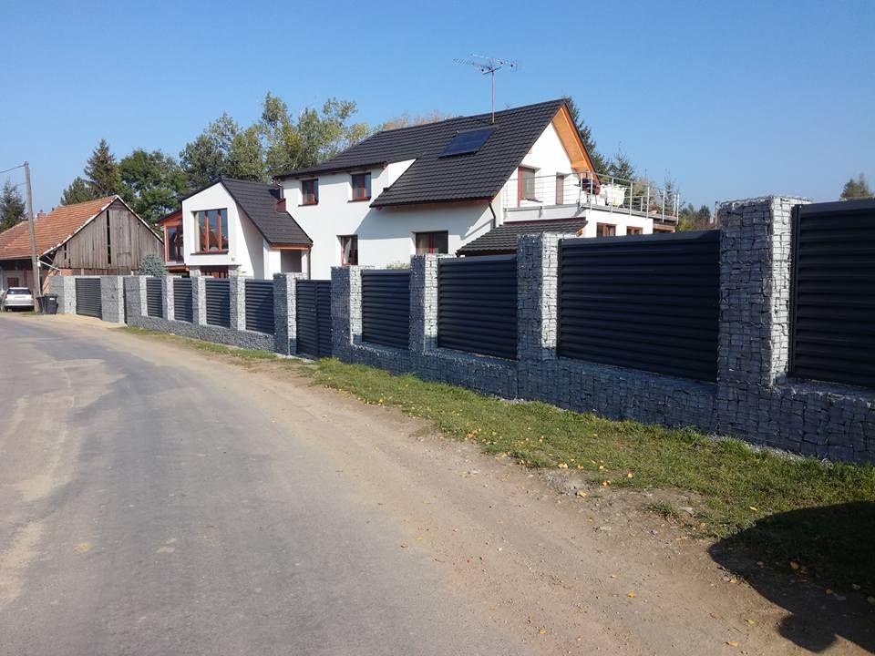 Velký gabionový plot s železnou výplní mezi sloupky