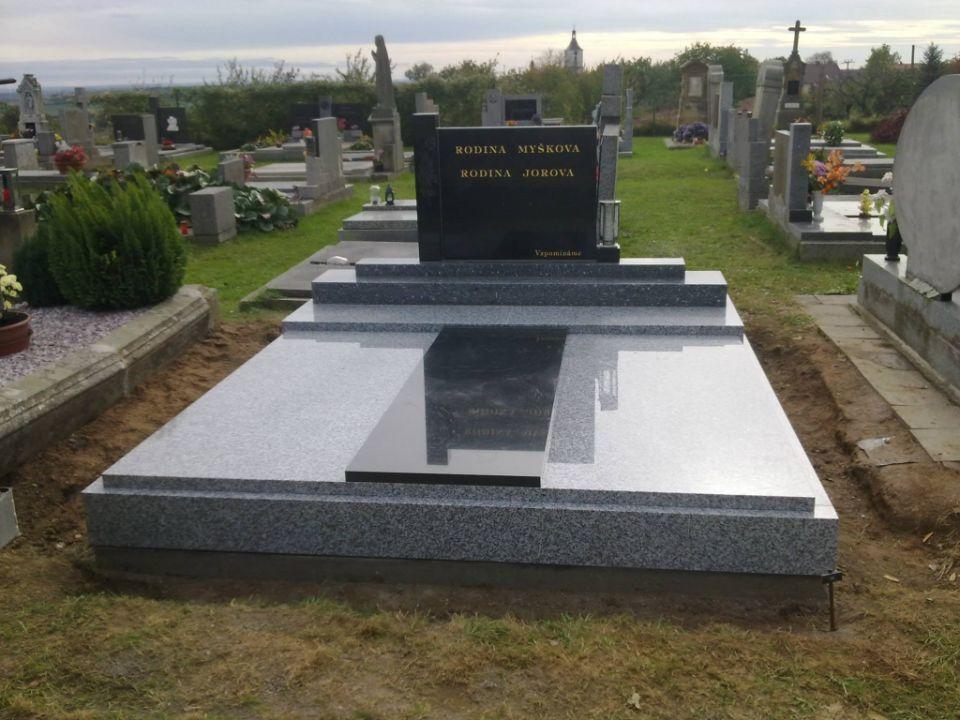 Velká zrenovovaná hrobka