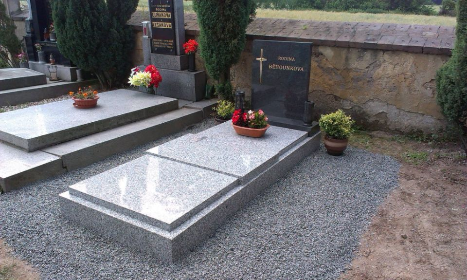 Zrenovovaný žulový hrob
