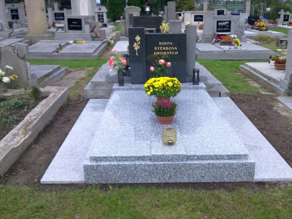 Velký zrenovovaný hrob ze světlého kamene