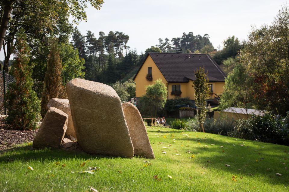 Dekorace z kamene na zahradě