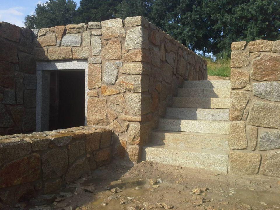 Schody a kamenná zeď