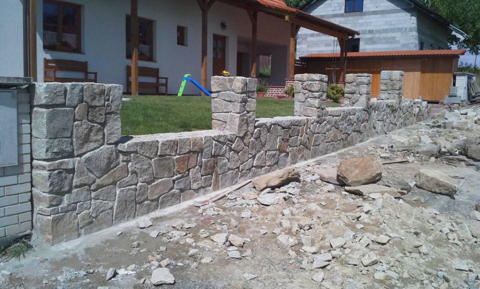 Nedokončený kamenný plot