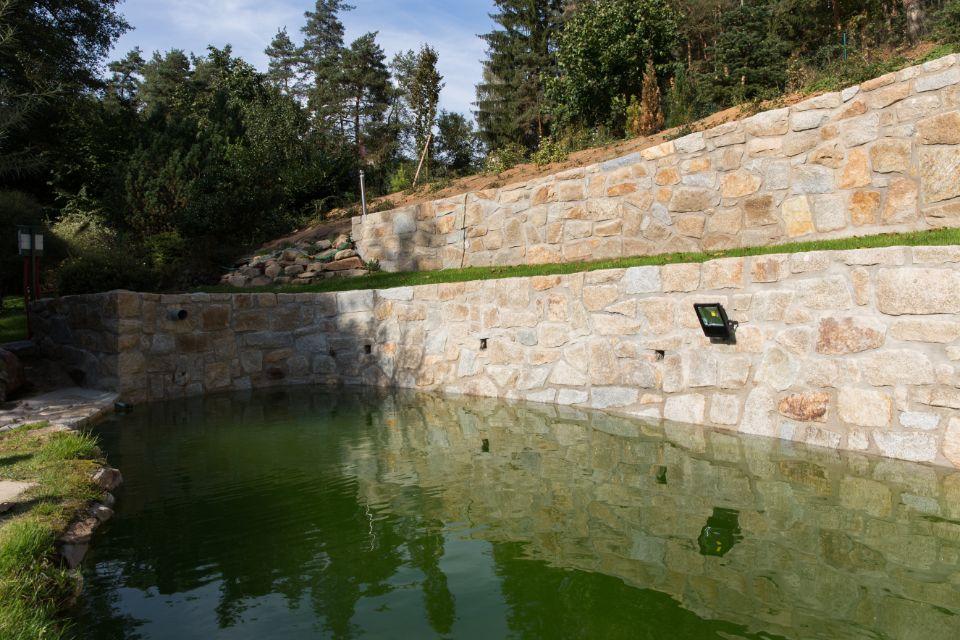 Skládaná kamenná zeď s jezírkem