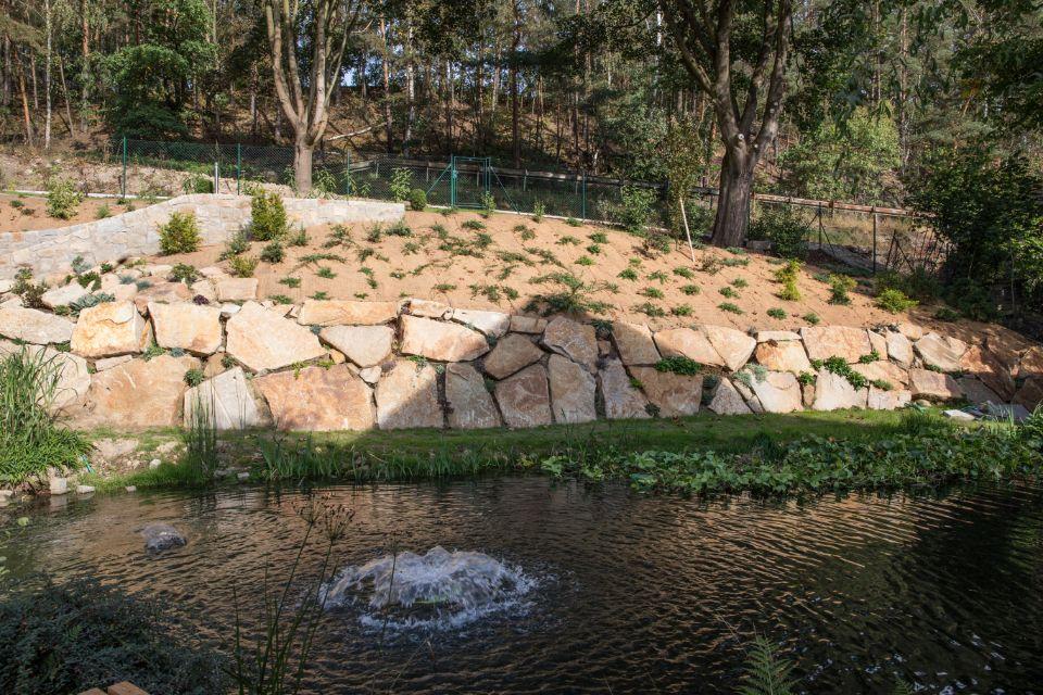 Opěrná zeď na zahradě z robustních kamenů