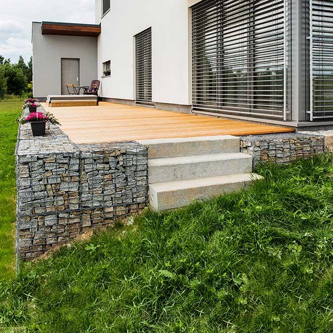 Gabionová zeď kolem dřevěné terasy