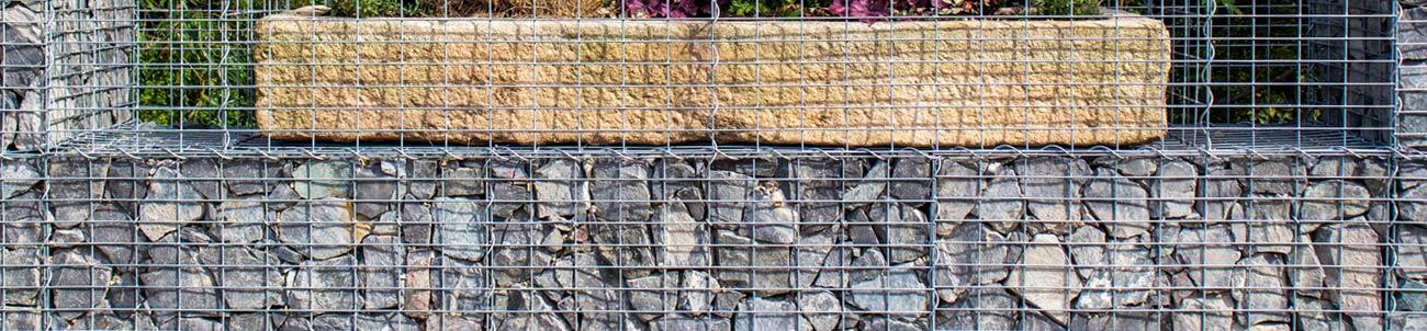 gabionová stěna s květináčem v oku 10x5 cm